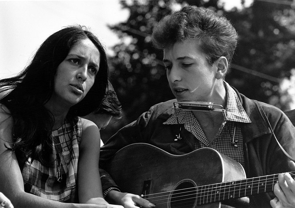 1024px-Joan_Baez_Bob_Dylan Di Rowland Scherman - U.S. National Archives and Records Administration, Pubblico dominio, httpscommons.wikimedia.orgwindex.phpcurid=149559